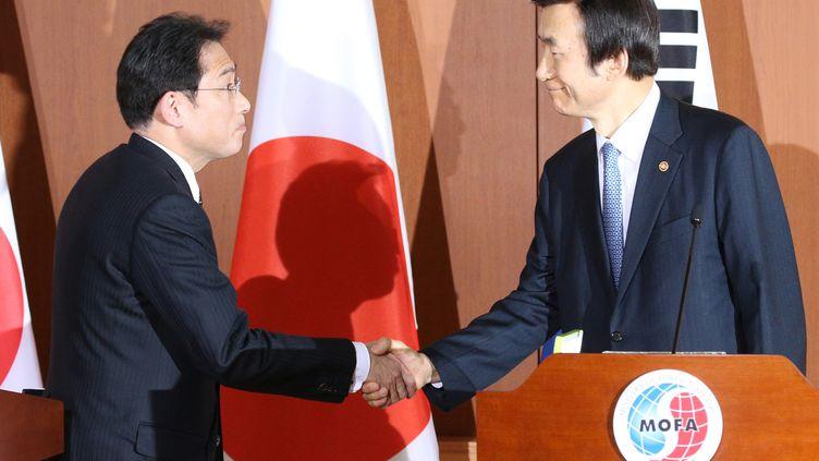 Les ministères des Affaires étrangères japonais et sud-coréen lors d'une conférence de presse à Séoul (Corée du Sud), le 28 décembre 2015. (KOICHI NAKAMURA / YOMIURI / AFP)