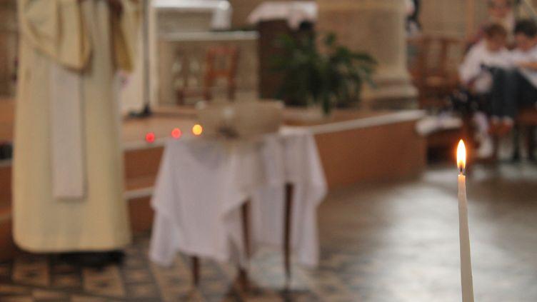 Un prêtre célébrant une cérémonie (illustration). (AURÉLIE LAGAIN / RADIO FRANCE)