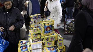 Une vente de jouets d'occasion organisée le 13 décembre 2014 à Paris par l'association humanitaire Emmaüs. (STEPHANE DE SAKUTIN / AFP)