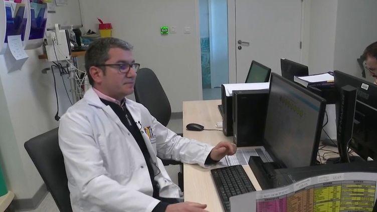 À Valenciennes (Nord), un logiciel va permettre d'optimiser la gestion des personnels hospitaliers. L'outil est capable de prévoir les moments de tension aux urgences. (france 2)