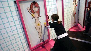 """Un enfant découvre l'exposition """"Le zizi sexuel"""" à la Cité des sciences à Paris, le 16 octobre 2007. (MAXPPP)"""