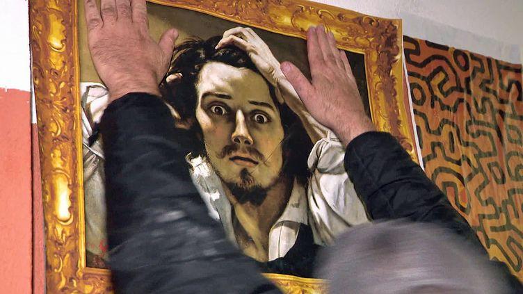 Affichage sauvage à Ajaccio dereproductions de 36 tableaux célèbres (France 3 Corse)