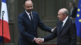 Le Premier ministre Edouard Philippe et le ministre de l'Intérieur Gérard Collomb lors de la passation de pouvoir place Beauvau, le 3 octobre 2018. (STEPHANE DE SAKUTIN / AFP)