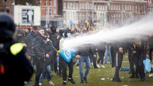 Un canon à eau est utilisé pour disperser les manifestants à Amsterdam (Pays-Bas), le 24 janvier 2021. (ROBIN VAN LONKHUIJSEN / ANP)