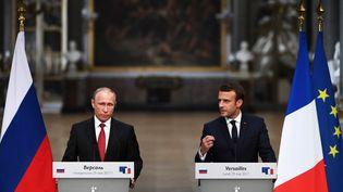 Vladimir Poutine et Emmanuel Macron, lors d'une conférence de presse, à Versailles le 29 mai 2017. (CHRISTOPHE ARCHAMBAULT / AFP)