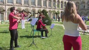 Des musiciens et des chanteurs volontaires de l'Orchestre National Bordeaux-Aquitaine (ONBA) se sont produits sous les fenêtres de l'hôpital Saint-André, à Bordeaux (Gironde), vendredi 10 avril. Une initiative qui fait du bien au moral en temps de confinement. (FRANCE 3)