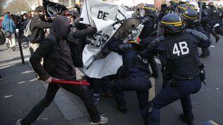 Lapolice anti-émeute face à desjeunes manifestants lors de la manifestation à Paris, le 5 avril 2016. (MICHEL EULER / AP / SIPA)