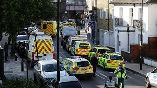 Des véhicules de police près de la station de métro Parsons Green à Londres (Royaume-Uni), le 15 septembre 2017. (KEVIN COOMBS / REUTERS)