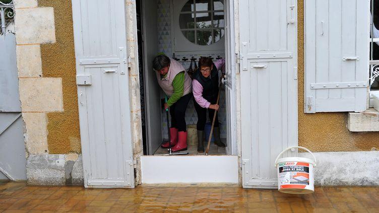 Des habitants nettoient leur maison après la crue àMonthou-sur-Bievre, près de Blois (Loir-et-Cher), le 3 juin 2016. (GUILLAUME SOUVANT / AFP)