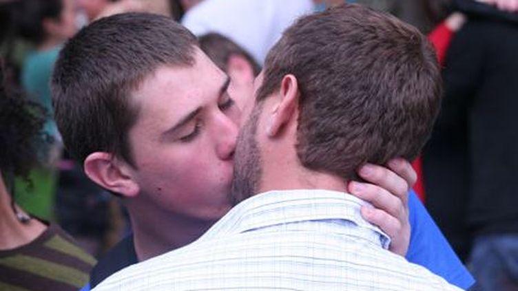 Mark Dean Brown et Bjorn Czepan s'embrassant lors d'un rassemblement pro-gays en Afrique du Sud. (DR)