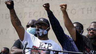 Le frère de George Floyd, Terrence Floyd (au centre) participe à une manifestation contre le racisme et contre les violences policières à New York, le 4 juin 2020. (TIMOTHY A. CLARY / AFP)