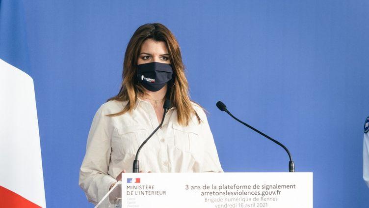 La ministre déléguée à la Citoyenneté, Marlène Schiappa, fait un discours à l'occasion des trois ans de la brigade numérique de la gendarmerie nationale,le 16 avril 2021, à Rennes (Ille-et-Vilaine). (QUENTIN VERNAULT / HANS LUCAS / AFP)