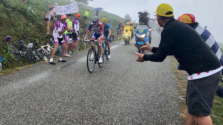 Le coureur français Thibaut Pinot dans la montée du Prat d'Albis, lors de la 15e étape du Tour de France 2019. (JULIEN BALIDAS / RADIOFRANCE)
