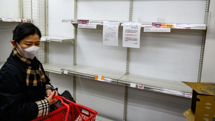 Les rayons papier toilette sont dévalisés au Japon en raison de l'épidémie de coronavirus, le 1er mars à Tokyo. (PHILIP FONG / AFP)