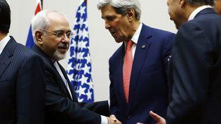 De gauche à droite, le ministre des Affaires étrangères iranien Javad Zarif, le secrétaire d'Etat américain John Kerry et le ministre des Affaires étrangères français Laurent Fabius se félicitent de l'accord trouvé sur le nucléaire iranien, le 24 novembre 2013 à Genève (Suisse). (DENIS BALIBOUSE / REUTERS)