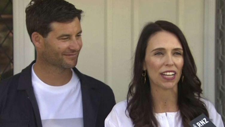 La Première ministre néo-zélandaise Jacinda Ardern et son compagnon Clarke Gayford annoncent qu'ils attendent un bébé, Auckland,le 19 janvier 2018 (AP/SIPA / AP)