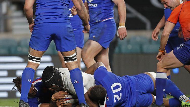 Le deuxième ligne anglais Maro Itoje inscrit l'essai victorieux, quoi que peu évident avec la main de Woki sous le ballon, contre la France le 13 mars 2021 (ALASTAIR GRANT / AP)