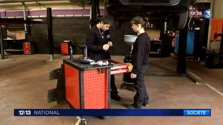 Des apprenties mécaniciennes dans un garage spécialement conçu pour les femmes, à Saint-Ouen-l'Aumône (Val-d'Oise). ( FRANCE 3 / FRANCETV INFO)