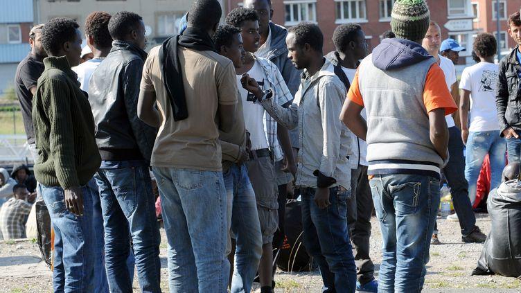 Des migrants à Calais, où des affrontements ont éclaté le 5 août entre des groupes d'Erythréens et de Soudanais. (FRANCOIS LO PRESTI / AFP)
