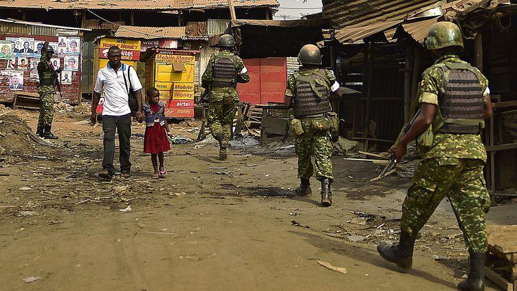 Selon le porte-parole du gouvernement, des policiers, des soldats et des rangers ougandais ont été mobilisés pour retrouver la touriste. (CARL DE SOUZA / AFP)