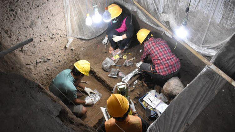 Des archéologues analysent le squelette d'une jeune femme morte il y a 7 200 ans en Indonésie. (LEANG PANNINGE RESEARCH PROJECT//SIPA / LEANG PANNINGE RESEARCH PROJECT/)