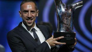 Franck Ribéry, milieu offensif du Bayern Munich, reçoit le titre de meilleur joueur UEFA de la saison 2012-2013, à Monaco, le 29 août 2013. (VALERY HACHE / AFP)