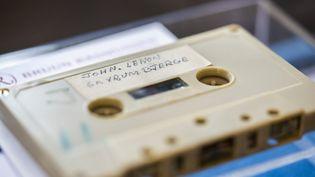 Une cassette contenant un enregistrement inédit de John Lennon, fait par des lycées danois en 1970. (IDA MARIE ODGAARD / RITZAU SCANPIX / AFP)