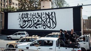 Une fresque symbolisant le drapeau taliban peinte sur l'ambassade américaine à Kaboul, après le retour au pouvoir destalibans. (ADRIEN VAUTIER / LE PICTORIUM / MAXPPP)