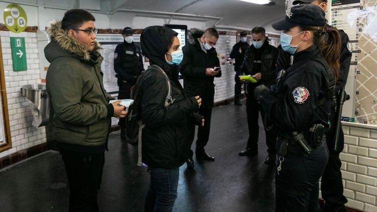 Le premier jour du déconfinement, les forces de l'ordre étaient venues prêter main forte au personnel de la RATP pour vérifier les attestations et le port du masque dans les transport, le 11 mai 2020 à Paris. (ROMUALD MEIGNEUX / SIPA)
