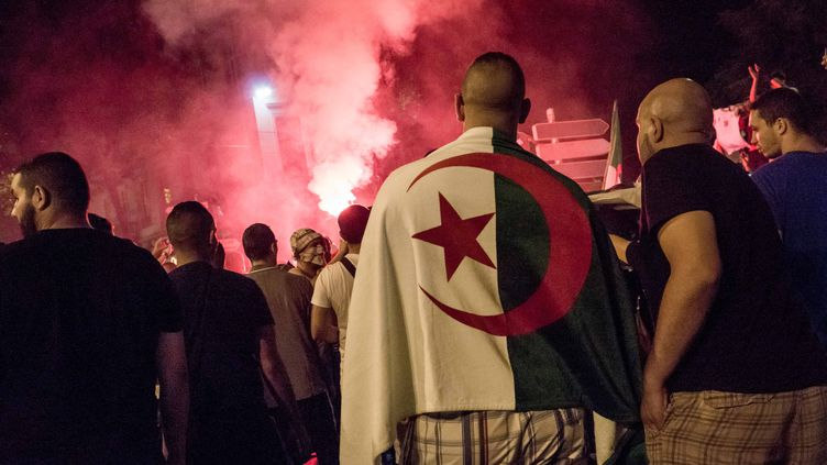 Des supporters de l'équipe d'Algérie fêtent la victoire 4-2 face à la Corée du Sud, le 22 juin 2014 à Lyon (Rhône). (CITIZENSIDE / NICOLAS LIPONNE / AFP)