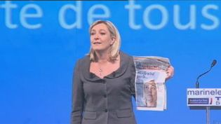 """Marine Le Pen brandit le """"JDD"""", le 5 février 2012, lors d'un meeting à Toulouse (Haute-Garonne). (FTVi / FRANCE 2)"""