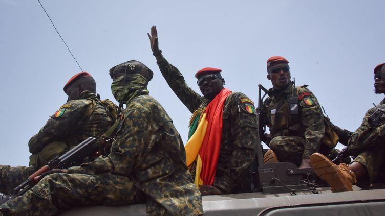 Le lieutenant-colonel Mamady Doumbouya, chef des forces spéciales et auteur du coup d'Etat militaire contre le président guinéen Alpha Condé, salue la foule à Conakry, le 5 septembre 2021. (CELLOU BINANI / AFP)