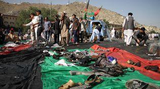 Des Afghans de la minorité hazara à Kaboul (Afghanistan), après l'attentat revendiqué par l'Etat islamique, samedi 23 juillet 2016. (HAROON SABAWOON / ANADOLU AGENCY)