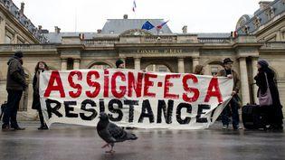 Des opposants aux assignations à résidence prononcées dans le cadre de l'état d'urgence, rassemblés devant le Conseil d'Etat, à Paris, le 11 décembre 2015. (ALAIN JOCARD / AFP)