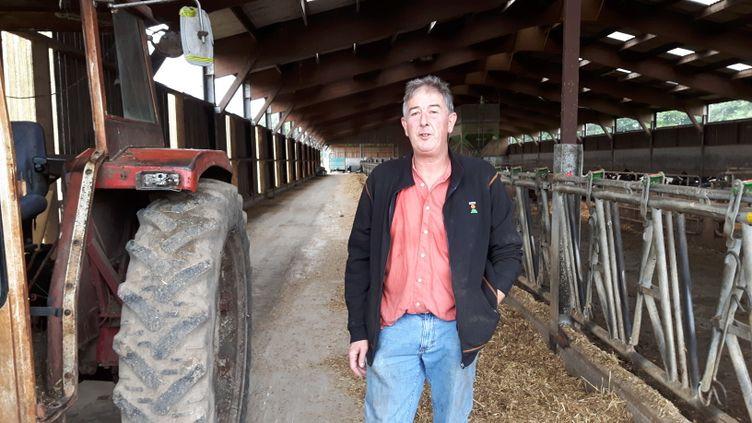Jean-Claude Pette élève une centaine de vaches de race Prim'holstein en Seine-et-Marne. (RADIO FRANCE / GUILLAUME GAVEN)