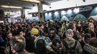 En gare de Paris Bercy, des usagers ne peuvent pas monter dans le train, le 23 décembre 2017. (MAXPPP)