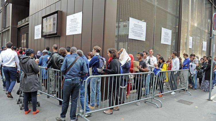 Une file d'attente à la préfecture de Lyon (Rhône) pour les demandes de titres de séjour, le 24 août 2015. (MAXPPP)