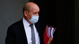 Jean-Yves Le Drian, le ministre français des Affaires étrangères, à la sortie du Conseil des ministres à Paris, le 23 septembre 2020. (JULIEN MATTIA / ANADOLU AGENCY / AFP)