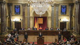 Le président de la Catalogne, Carles Puigdemont, lors d'un discours devant le parlement local, le 10 octobre 2017 à Barcelone. (LLUIS GENE / AFP)