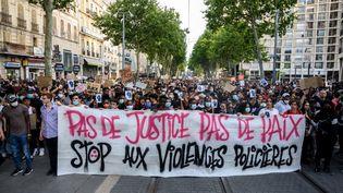 Des milliers de personnes manifestent contre les violences policières à Marseille, le 6 juin 2020. (CHRISTOPHE SIMON / AFP)