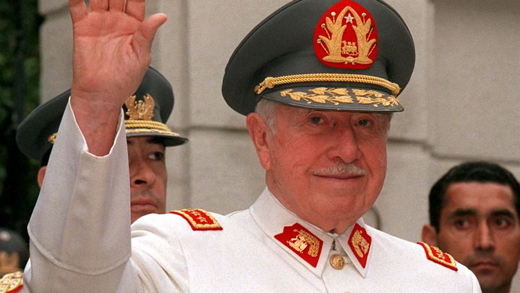 L'ancien dictateur chilien Augusto Pinochet à Santiago, le 25 novembre 1997. (CRIS BOURONCLE / AFP)