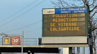 Panneau de signalisation lors d'un épisode de pollution de l'air en Haute-Savoie. (RICHARD VIVION / FRANCE-BLEU PAYS DE SAVOIE)