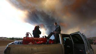 Un groupe tente de sauver des animaux dans les environs de Fort McMurray (Canada), ville ravagée par des incendies. (COLE BURSTON / AFP)