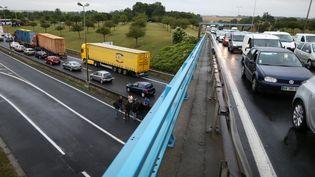 Les agriculteurs bloquent l'A84 à hauteur de Caen, provoquant d'importants embouteillages sur les routes adjacentes. (CHARLY TRIBALLEAU / AFP)