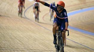 Donavan Grondin est sacré champion du monde de course scratch, jeudi 21 octobre à Roubaix. (FRANCOIS LO PRESTI / AFP)