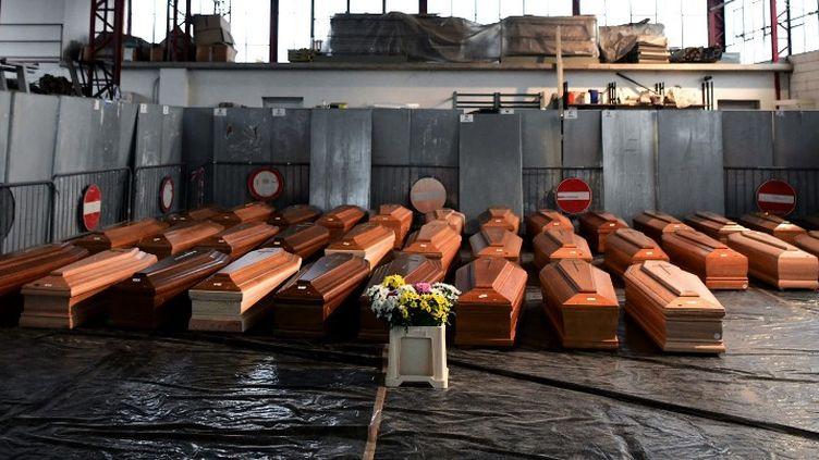 Les cercueils de personnes décédées du coronavirus, dans un entrepôt à Ponte San Pietro, près de Bergame (Italie), le 26 mars 2020. (PIERO CRUCIATTI / AFP)