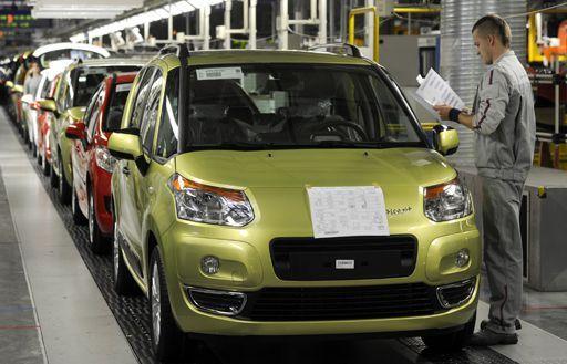 Employé de Citroën sur une chaîne de C3 à Trnava (Slovaquie) le 15 octobre 2010 (REUTERS - Radovan Stoklasa)