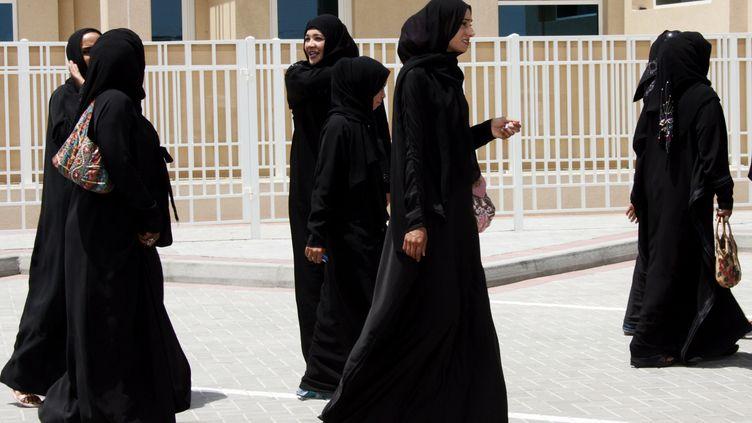 Des femmes portant l'abaya, à Dubaï, en 2006. (RABIH MOGHRABI / AFP)