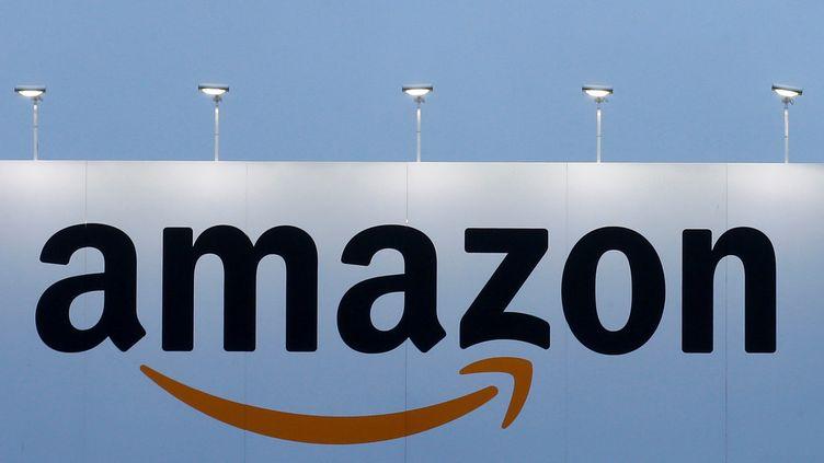 Le logo d'Amazon sur un centre logistique àLauwin-Planque (Nord), le 20 février 2017. (PASCAL ROSSIGNOL / REUTERS)