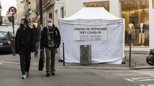 Une tente de dépistage au Covid-19, à Paris, le 17 février 2021. (MAGALI COHEN / HANS LUCAS)